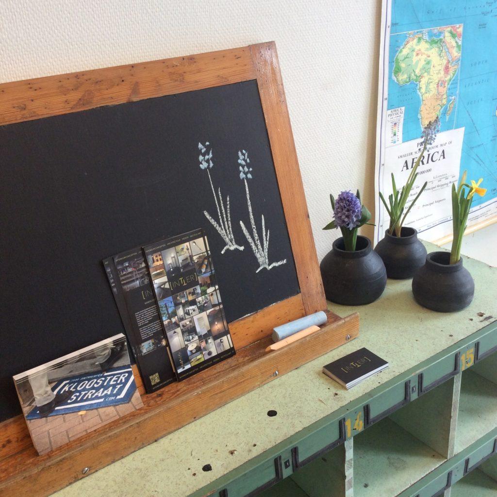 Intter, schoolbord, schoolmeubels, vintage, retro, oude school inrichting, decoratie, restaurant, bistro, eethuis, kinderkamer