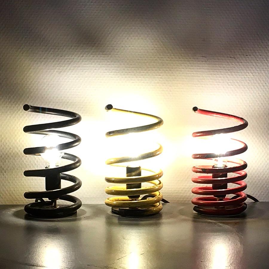 Intter, spiraal, spiraalveer, spiraallamp, verlichting, LED, driekleur, geel, rood, zwart, tafellamp, nachtkastje