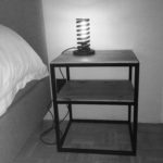 nachttafel, bijzettafel, hout en metaal, houten tafel, gerecycleerd metaal, gerecycleerd hout, wagonplanken, eiken tablet, handgemaakt, autoveer, spiraalveer, verlichting, lights